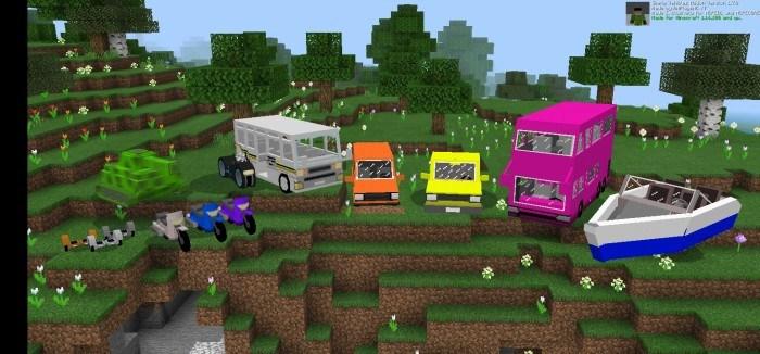 Разноцветные машины стоят в поле