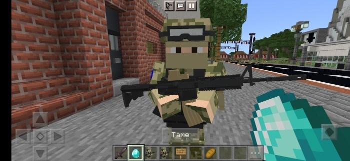 Солдат стоит с оружием
