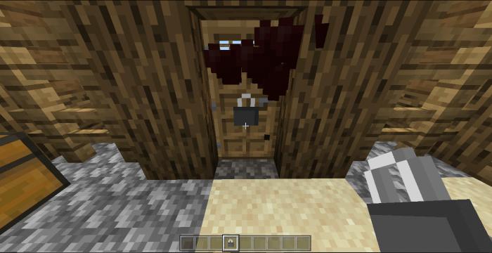 Игрок приручает дверь в игре