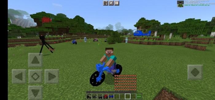 Игрок едет на синем велосипеде